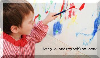 ребенок левша рисует левой рукой