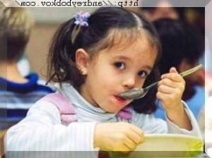 девочка левка держит ложку в левой руке